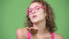 Νέο ευτυχές όμορφο φυσώντας φιλί γυναικών nerd φιλμ μικρού μήκους