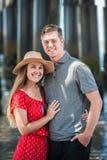 Νέο εφηβικό ζεύγος που μοιράζεται την αγάπη στοκ εικόνες