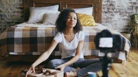 Νέο εύθυμο βίντεο καταγραφής κοριτσιών αφροαμερικάνων blog για το κιβώτιο δώρων Χριστουγέννων συσκευασίας στο σπίτι απόθεμα βίντεο