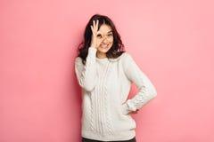 Νέο εύθυμο κορίτσι που παρουσιάζει μηά χειρονομία στοκ φωτογραφία με δικαίωμα ελεύθερης χρήσης