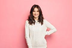 Νέο εύθυμο κορίτσι που φορά το χειμερινό άνετο πουλόβερ στοκ φωτογραφία με δικαίωμα ελεύθερης χρήσης