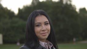 Νέο εύθυμο κορίτσι στις ηλιόλουστες περιστροφές θερινών πάρκων στο πάρκο απόθεμα βίντεο
