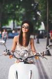 Νέο εύθυμο οδηγώντας μηχανικό δίκυκλο κοριτσιών μέσα στην ευρωπαϊκή πόλη στοκ εικόνα με δικαίωμα ελεύθερης χρήσης