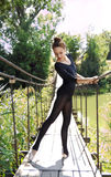 Νέο εύκαμπτο ballerina που χορεύει σε μια γέφυρα Στοκ φωτογραφίες με δικαίωμα ελεύθερης χρήσης