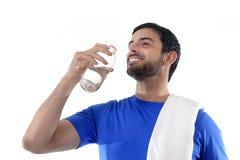 Νέο ελκυστικός και αθλητικός πόσιμο νερό αθλητών Στοκ φωτογραφία με δικαίωμα ελεύθερης χρήσης