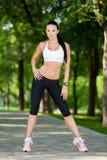 Νέο ελκυστικό αθλητικό κορίτσι στο πάρκο Στοκ Εικόνα