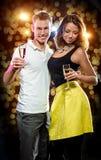 Νέο ελκυστικό ζεύγος με τα ποτήρια της λαμπιρίζοντας σαμπάνιας Στοκ Εικόνα
