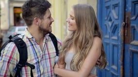Νέο ελκυστικό ζεύγος που αγκαλιάζει και που γελά κατά την ημερομηνία απόθεμα βίντεο