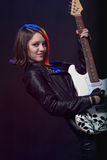 Νέο ελκυστικό κορίτσι βράχου που παίζει την ηλεκτρική κιθάρα Στοκ Εικόνες