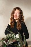 Νέο ελκυστικό κορίτσι που χαμογελά με τα λακκάκια και τις μπούκλες του ξανθού εκταρίου στοκ φωτογραφίες με δικαίωμα ελεύθερης χρήσης