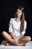 Νέο ελκυστικό κορίτσι στο περιστασιακό ύφος, που απομονώνεται στο μαύρο backgro στοκ εικόνες