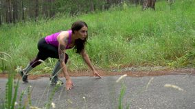 Νέο ελκυστικό κορίτσι, χαμηλή έναρξη, τρέξιμο, σε αργή κίνηση απόθεμα βίντεο