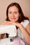 Νέο ελκυστικό ράψιμο γυναικών στη μηχανή Στοκ φωτογραφίες με δικαίωμα ελεύθερης χρήσης