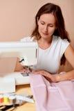 Νέο ελκυστικό ράψιμο γυναικών Στοκ εικόνα με δικαίωμα ελεύθερης χρήσης