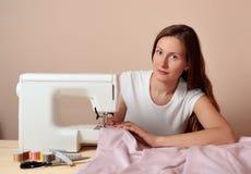 Νέο ελκυστικό ράψιμο γυναικών Στοκ Φωτογραφία