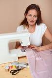 Νέο ελκυστικό ράψιμο γυναικών Στοκ φωτογραφία με δικαίωμα ελεύθερης χρήσης