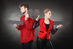 Νέο ζευγάρι που παρουσιάζει heartbreak σύμβολα Στοκ Εικόνες