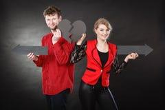 Νέο ζευγάρι που παρουσιάζει heartbreak σύμβολα Στοκ Φωτογραφία