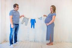 Νέο ζεύγος: έγκυος γυναίκα και άτομο Στοκ Εικόνες