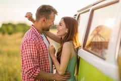 Νέο ζεύγος έξω σε ένα οδικό ταξίδι στοκ φωτογραφίες