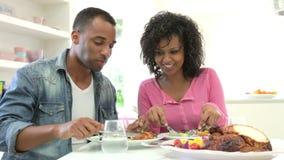 Νέο ζεύγος αφροαμερικάνων που τρώει το γεύμα στο σπίτι απόθεμα βίντεο