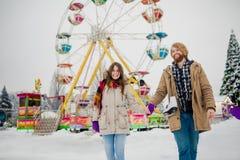 Νέο ζεύγος ερωτευμένο με έναν ευτυχή νεαρό άνδρα με μια γενειάδα και μια γυναίκα σε ένα υπόβαθρο ενός fucking κολοσσού, μια στήρι στοκ φωτογραφία