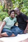 Νέο ζεύγος ερωτευμένο σε ένα πάρκο χωρών Στοκ Φωτογραφίες