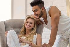 Νέο ζεύγος, ισπανικοί άνδρας και γυναίκα που χρησιμοποιούν την κρεβατοκάμαρα εραστών υπολογιστών ταμπλετών Στοκ Εικόνα