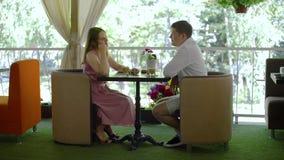 Νέο ζεύγος κατά μια ημερομηνία στο εστιατόριο απόθεμα βίντεο