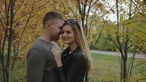 Νέο ζεύγος κατά μια ημερομηνία στο πάρκο φθινοπώρου απόθεμα βίντεο