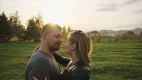 Νέο ζεύγος κατά μια ημερομηνία στο πάρκο φθινοπώρου φιλμ μικρού μήκους