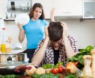 Νέο ζεύγος κατά τη διάρκεια της φιλονικίας στην κουζίνα Στοκ φωτογραφίες με δικαίωμα ελεύθερης χρήσης