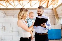 Νέο ζεύγος με ένα μωρό στο εργοτάξιο οικοδομής Στοκ εικόνα με δικαίωμα ελεύθερης χρήσης