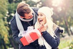 Νέο ζεύγος με ένα παρόν στο πάρκο στοκ εικόνες με δικαίωμα ελεύθερης χρήσης