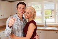 Νέο ζεύγος με τα κλειδιά για το νέο σπίτι Στοκ φωτογραφίες με δικαίωμα ελεύθερης χρήσης