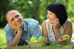 Νέο ζεύγος με τα μήλα Στοκ φωτογραφία με δικαίωμα ελεύθερης χρήσης