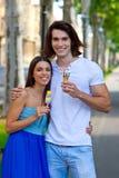 Νέο ζεύγος με τα παγωτά Στοκ Εικόνα