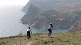 Νέο ζεύγος με τα ποδήλατα βουνών απόθεμα βίντεο