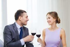 Νέο ζεύγος με τα ποτήρια του κρασιού στο εστιατόριο Στοκ εικόνες με δικαίωμα ελεύθερης χρήσης