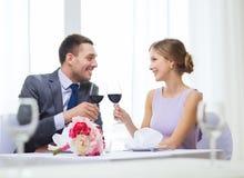 Νέο ζεύγος με τα ποτήρια του κρασιού στο εστιατόριο Στοκ φωτογραφίες με δικαίωμα ελεύθερης χρήσης