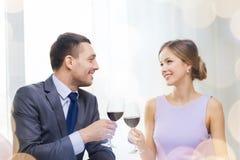 Νέο ζεύγος με τα ποτήρια του κρασιού στο εστιατόριο Στοκ Φωτογραφία