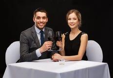 Νέο ζεύγος με τα ποτήρια του κρασιού στο εστιατόριο Στοκ Εικόνα