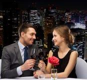 Νέο ζεύγος με τα ποτήρια του κρασιού στο εστιατόριο Στοκ Φωτογραφίες