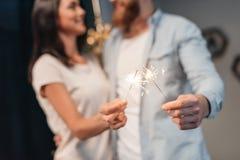 Νέο ζεύγος με τα sparklers Στοκ Φωτογραφίες