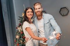 Νέο ζεύγος με τα sparklers Στοκ εικόνα με δικαίωμα ελεύθερης χρήσης
