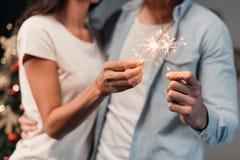 Νέο ζεύγος με τα sparklers Στοκ Εικόνες