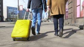 Νέο ζεύγος με την κυλώντας τσάντα στην πόλη απόθεμα βίντεο