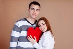 Νέο ζεύγος με την κόκκινη καρδιά Στοκ Εικόνες