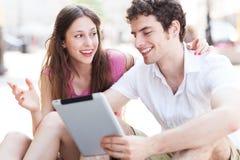 Νέο ζεύγος με την ψηφιακή ταμπλέτα Στοκ Εικόνα