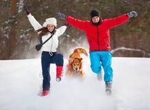 Νέο ζεύγος με τη διασκέδαση σκυλιών Στοκ Φωτογραφίες